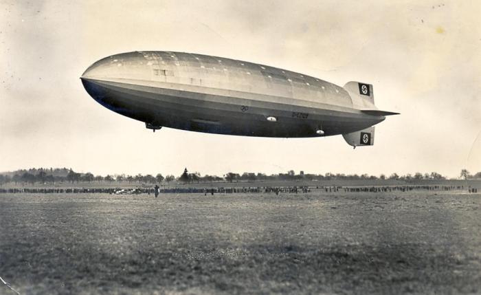 Postkort av LZ 129 Hindenburg før navnet var malt på. Men hakekorsene er på plass. 19. august, 1936. Kilde: Wikimedia Commons